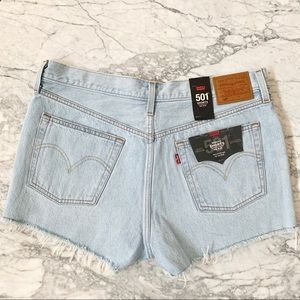 NWT Levi's 501 Light Wash Cut Off Shorts Size 32